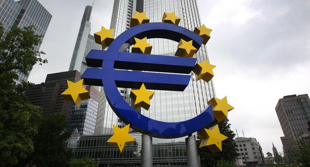 Logo do euro em frente da antiga sede do Banco Central Europeu