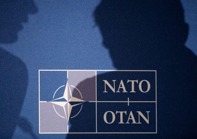 Sombras de Secretário-Geral da OTAN Stolenberg e Comandante Supremo para Transformação General Palomeros