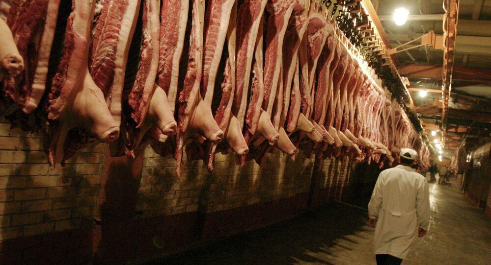 Carcaças de carne no frigorífico