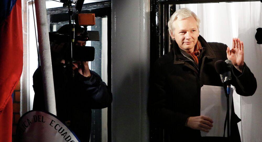 Fundador do Wikileaks, Julian Assange, na varanda da Embaixada do Equador