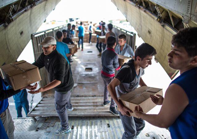 Avião russo com ajuda humanitária no aeroporto de Latakia (arquivo)