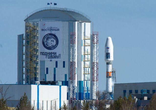 Nave Soyuz-2.1a, com satélites russos Lomonosov, Aist-2D e SamSat-216 na base de lançamento do cosmódromo de Vostochny