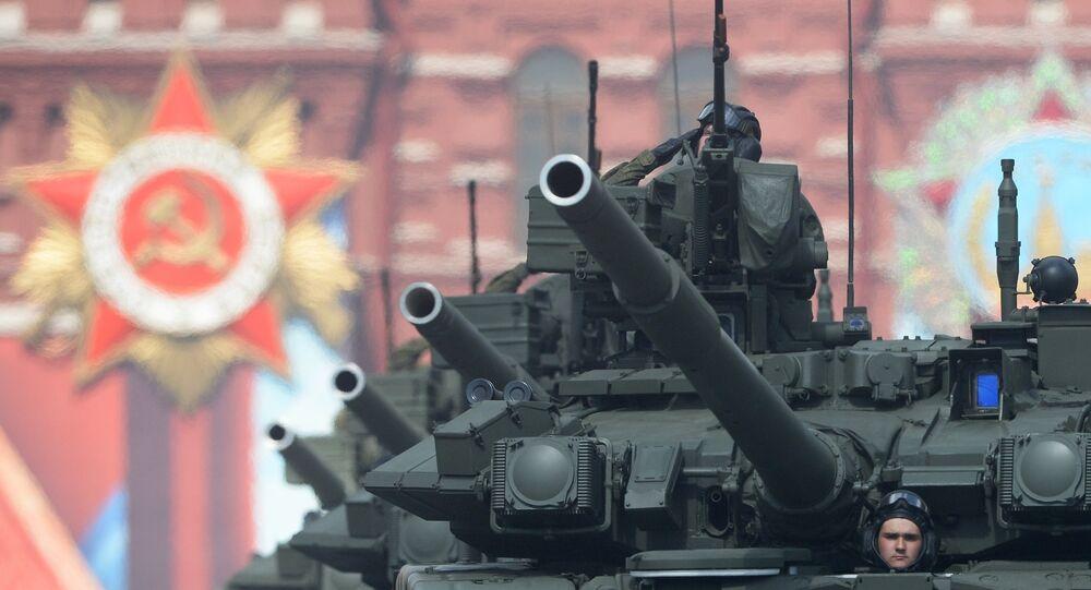 Tanques de guerra russos T-90A durante o ensaio da Parada da Vitória na Praça Vermelha em Moscou, 7 de maio de 2016