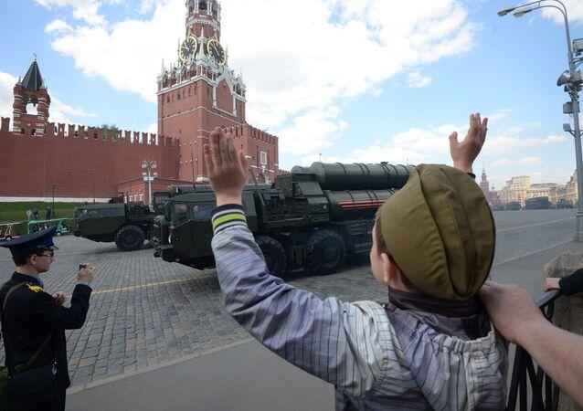 Os espectadores na Praça Vermelha. Ensaio geral da Parada da Vitória na Praça Vermelha em Moscou, 7 de maio de 2016.
