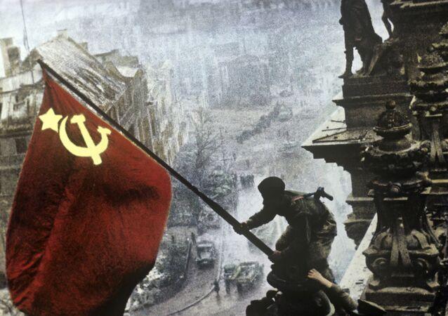 Bandeira da vitória sobre o edifício de Reichstag em Berlim em 1 de maio de 1945. Reprodução.