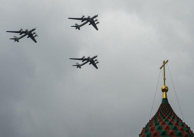 Bombardeiros estratégicos russos Tu-95MS durante vôos de treinamento para parada militar de 9 de maio de 2016