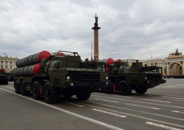 Sistemas da defesa antimíssil S-300 durante os ensaios  do desfile militar na Praça do Inverno em São Petersburgo