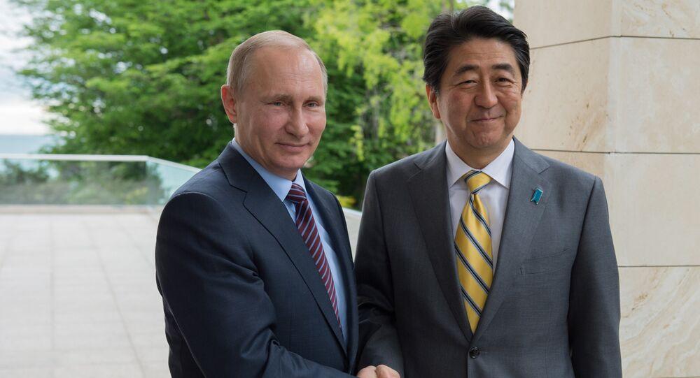 O presidente da Rússia Vladimir Putin e o primeiro-ministro do Japão Shinzo Abe durante o encontro bilateral na residência do presidente russo em Sochi, Rússia, 6 de maio de 2016