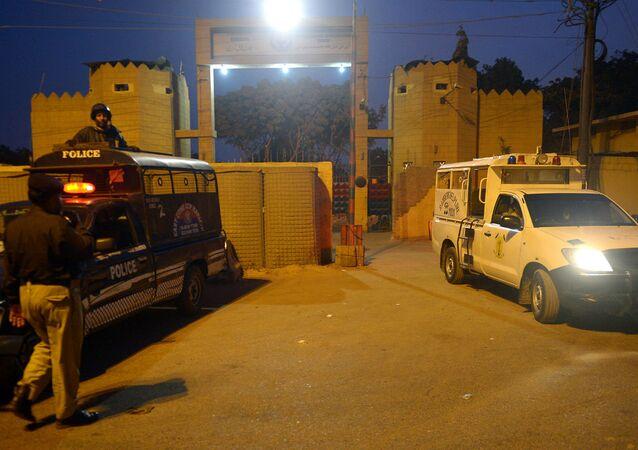 Policiais paquistaneses vigiam o lado de fora do presídio de Karachi.