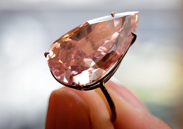 Diamante raro em formato de pêra, o Unique Pink, de 15,38 quilates, foi vendido pela Sotheby's por US $31,6 milhões