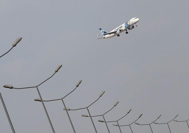 Avião da EgyptAir aterrissando no aeroporto do Cairo em 19 de maio de 2016