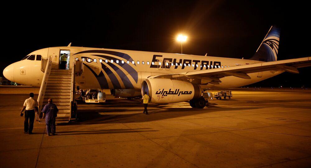 Avião da EgyptAir exta sendo examinado depois de chegar do Cairo