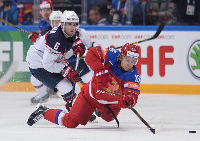 Sergei Plotnikov (Rússia) e Chris Wideman (EUA) no Mundial de Hóquei no Gelo
