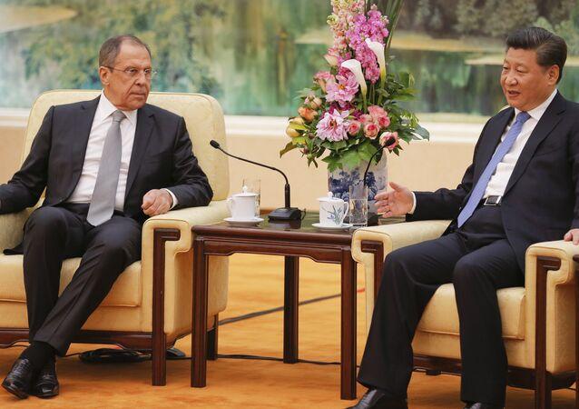 Ministro das Relações Exteriores russo Sergei Lavrov e o presidente da China Xi Jinping durante um encontro bilateral em Pequim, China, 28 de abril de 2016