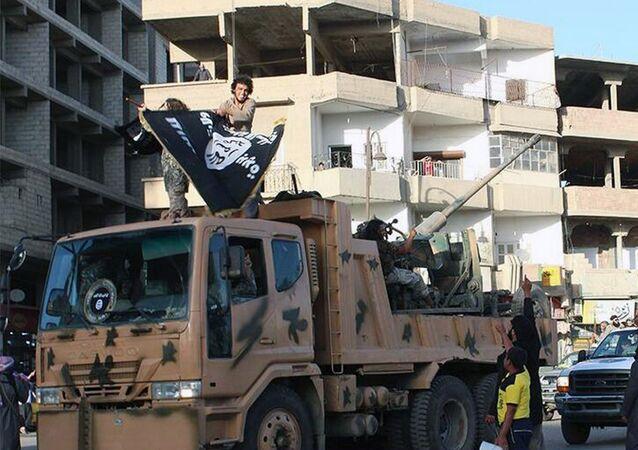Militantes do grupo terrorista Daesh na cidade de Raqqa, declarada capital do Estado Islâmico