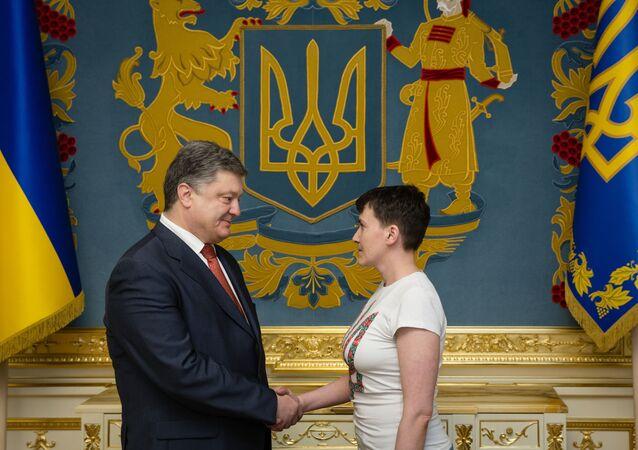 Presidente da Ucrânia Pyotr Poroshenko condecora a militar ucraniana Nadezhda Savchenko depois da volta da última para a Ucrânia, Kiev, Ucrânia, 25 de maio de 2016