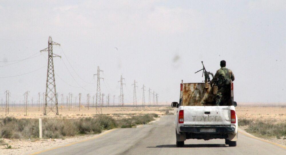 Militares do exército sírio na rodovia entre cidades de Homs e Raqqa