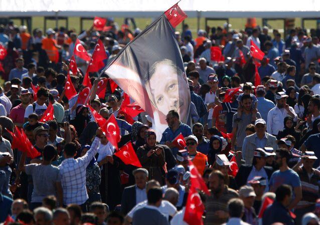 Bandeira com a imagem do presidente turco Recep Tayyip Erdogan