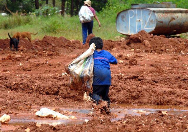 Criança saindo do Lixão da Vila Estrutural, DF-BR