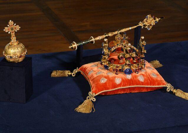 Coroa de Santo Wenceslas exibida em Praga, República Tcheca, maio de 2016