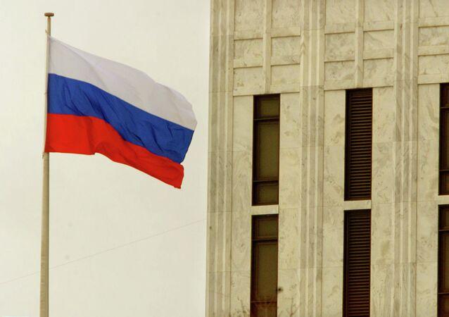 Bandeira da Rússia na Embaixada russa em Washington, DC.