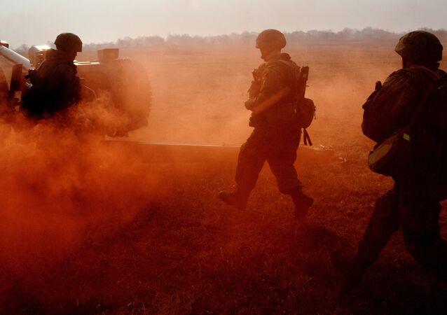 Exercícios táticos de unidades de artilharia e de reconhecimento das tropas de desembarque na região de Primorie, Rússia (foto de arquivo)
