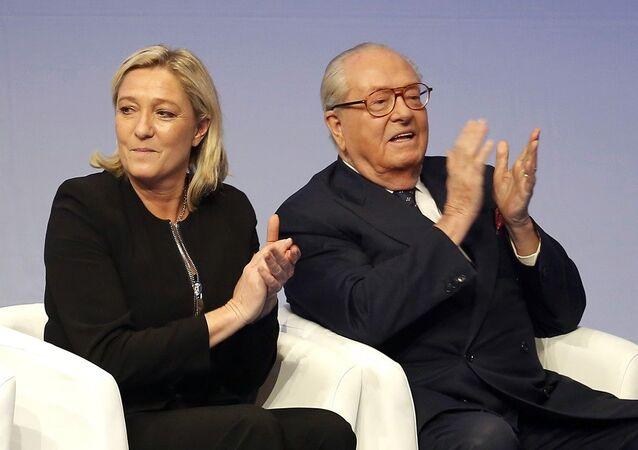 Marine Le Pen, presidente da Frente Nacional, com o seu pai Jean-Marie Le Pen