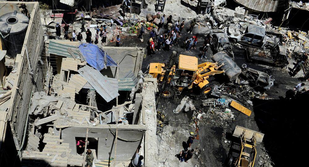 Civis e militares do exército sírio fazem inspeção em local de explosão de carro-bomba, em Damasco, em 11 junho de 2016
