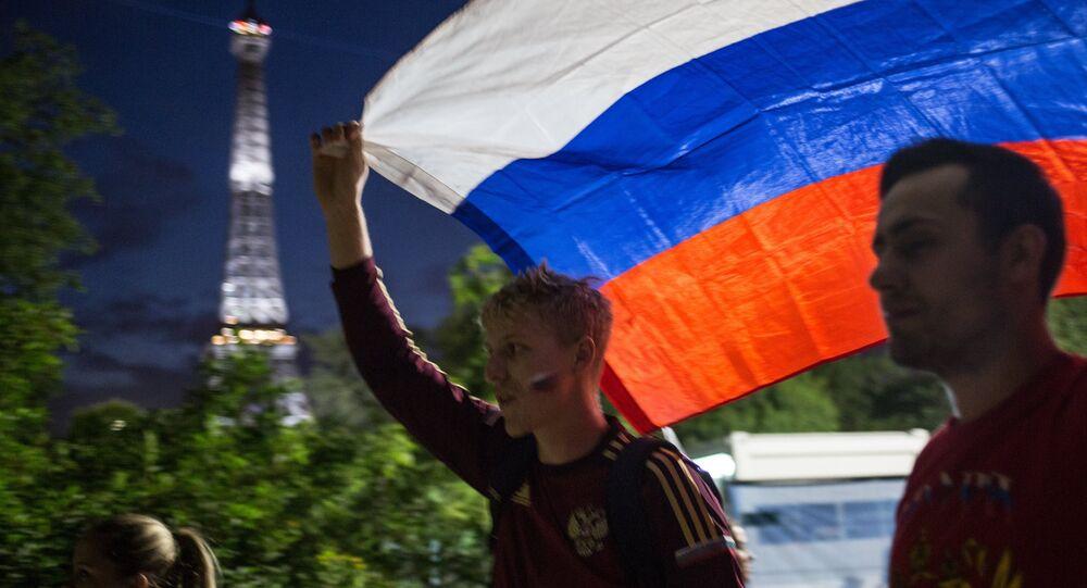 Torcedores com bandeira russa passam pelo centro de Paris durante encontro entre seleções da Inglaterra e da Rússia na Euro 2016