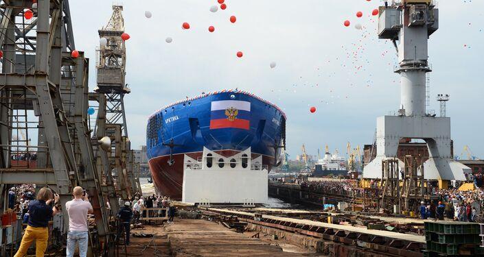 Cerimônia de lançamento de quabra-gelo nuclear Arktika ao mar dos Estaleiros Bálticos em São Petersburgo