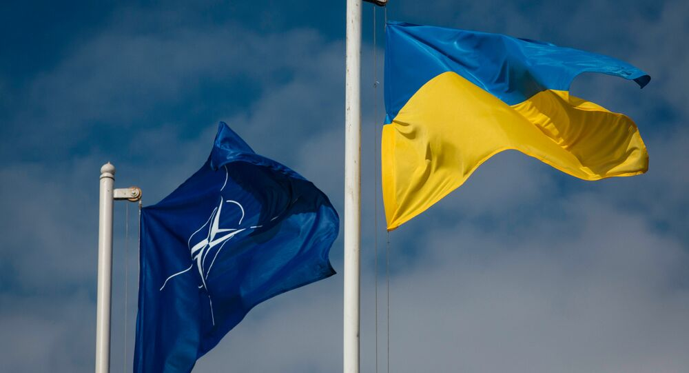 Bandeiras da Ucrânia e da OTAN