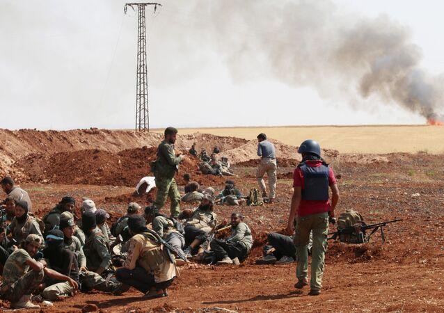 Combatentes do grupo rebelde armado Jaysh al-Islam em fotografia de arquivo de agosto de 2015