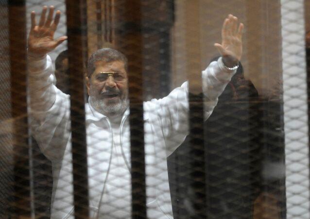 Presidente derrubado islamistas Mohamed Morsi durante o julgamento na academia de polícia no Cairo em 08 de janeiro de 2015.