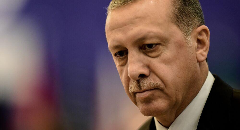 Presidente turco Recep Tayyip Erdogan atende a primeira sessão de trabalho na Cúpula dos líderes do G20 em 15 de novembro de 2015, em Antalya