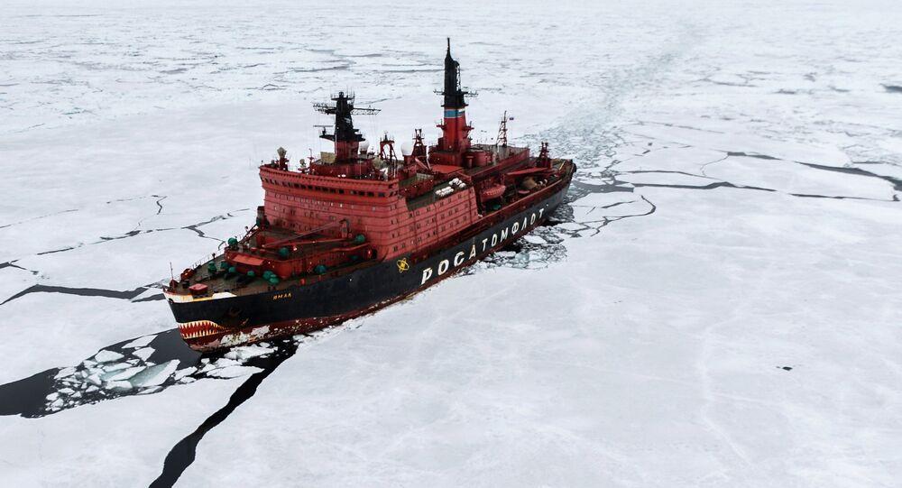 O quebra-gelo nuclear Yamal durante as pesquisas no Mar de Kara, que fizeram parte da maior expedição mundial ao Ártico, em 2015,