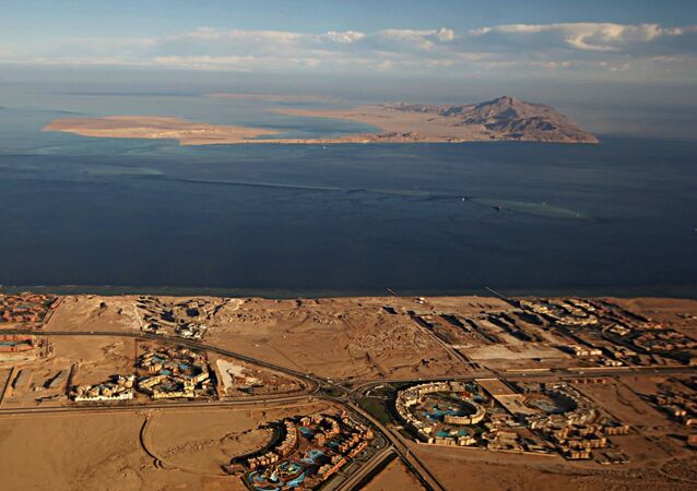 Ilhas de Tiran (primeiro plano) e Sanafir (fundo), no mar Vermelho