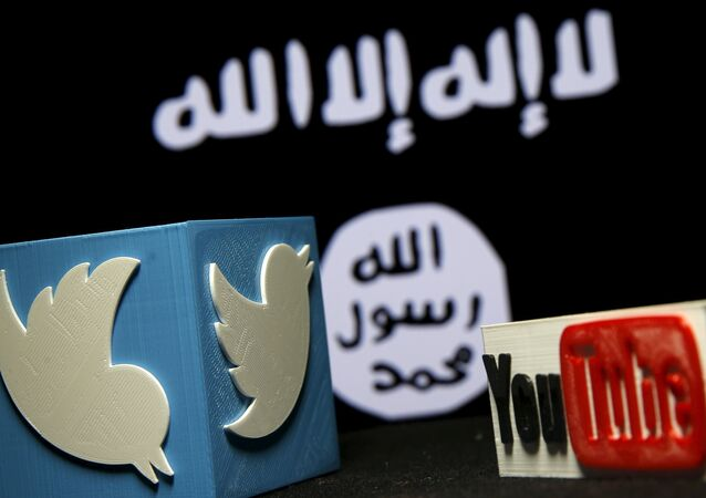 Logos 3D do Twitter e Youtube com a bandeira do Daesh em fundo