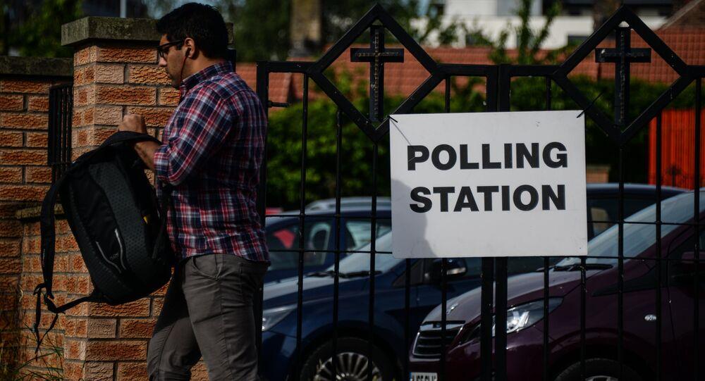 Homem perto de posto de votação, Reino Unido, 23 de maio de 2016