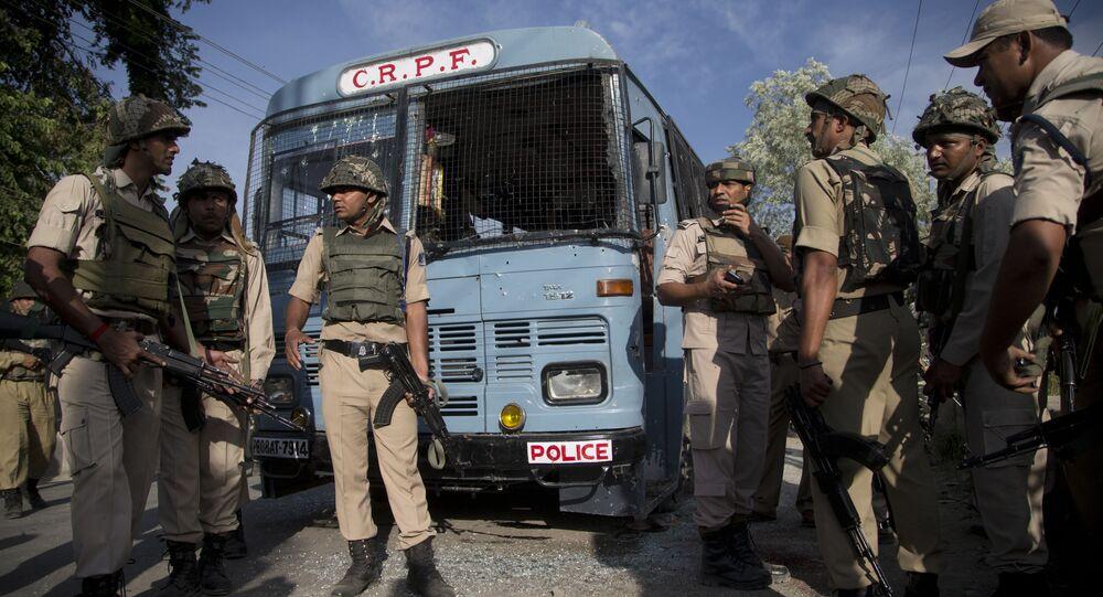 Forças de segurança da Índia em Pampore, nos arredores de Srinagar, Caxemira