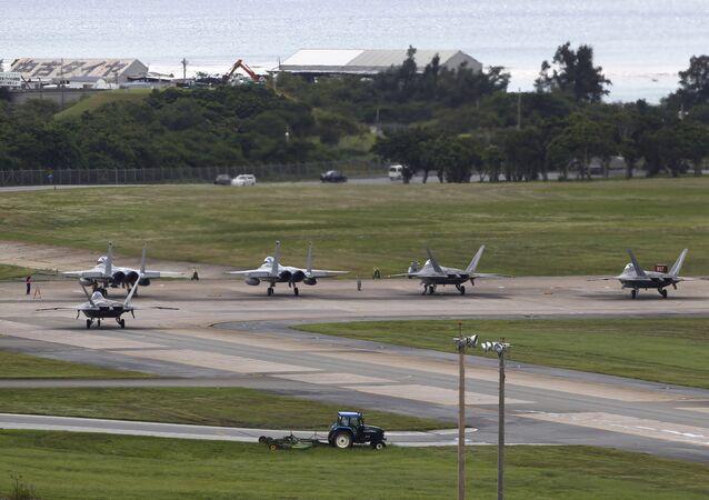 Aviões da Força Aérea F-22 Raptors e F-15 Eagles na base aérea de Kadena, Okinawa, Japão (foto de arquivo)