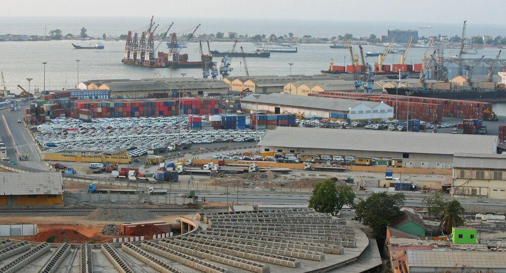 Esta foto de arquivo mostra o porto comercial de Luanda, capital de Angola