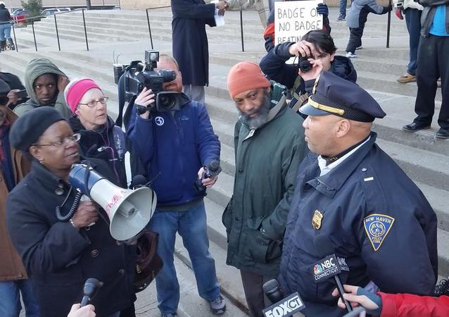 Manifestantes se reúnem em frente a uma delegacia de New Haven depois de marcha em protesto contra violência policial