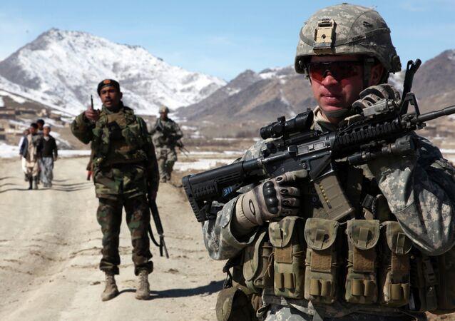 Tropas dos EUA e do Afeganistão na cidade de Yawez.