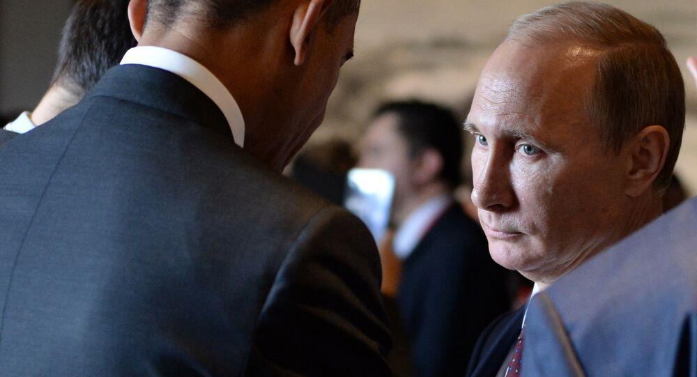 Presidente russo Vladimir Putin fala ao presidente norte-americano Barack Obama antes da sessão da APEC, Pequim, China, novembro de 2014