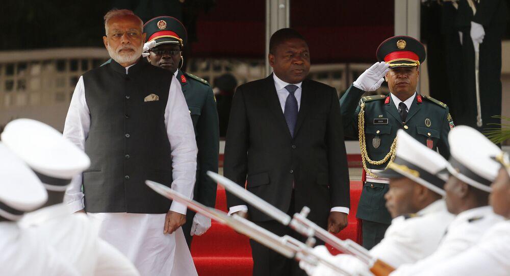 O primeiro-ministro da Índia, Narendra Modi, é acompanhado pelo presidente de Moçambique, Filipe Nyusi, durante o primeiro dia da turnê africana de Modi em 7 de julho de 2016