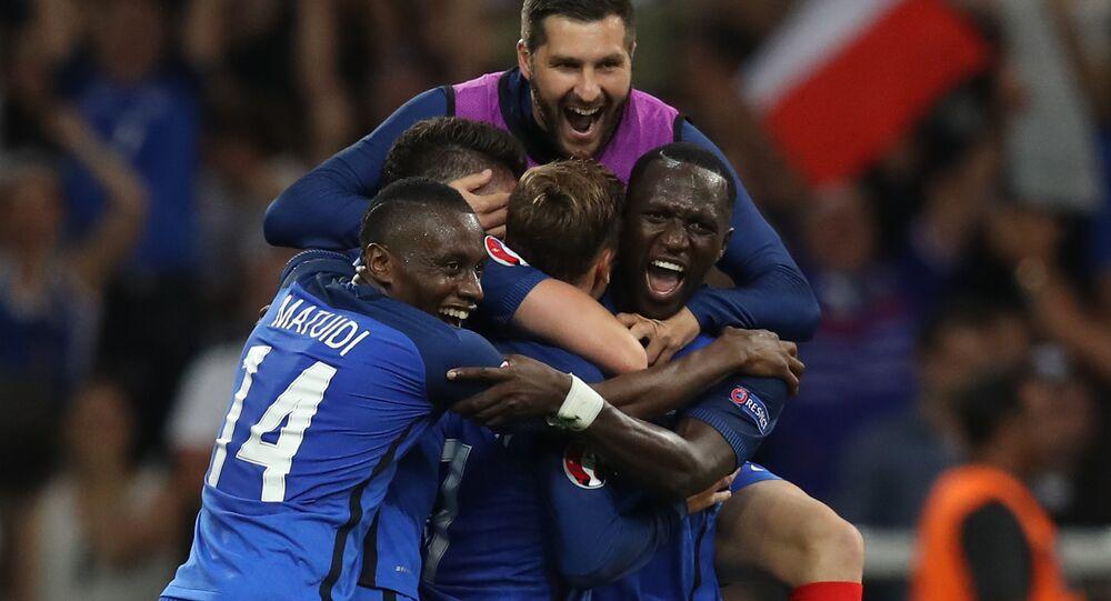 Antoine Griezmann é abraçado pelos companheiros da seleção de futebol da França