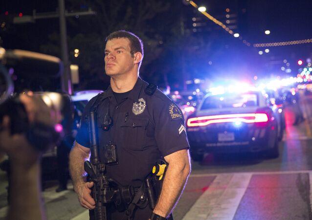 Policial norte-americano guarda o local do incidente em Dallas, EUA, 7 de julho de 2016