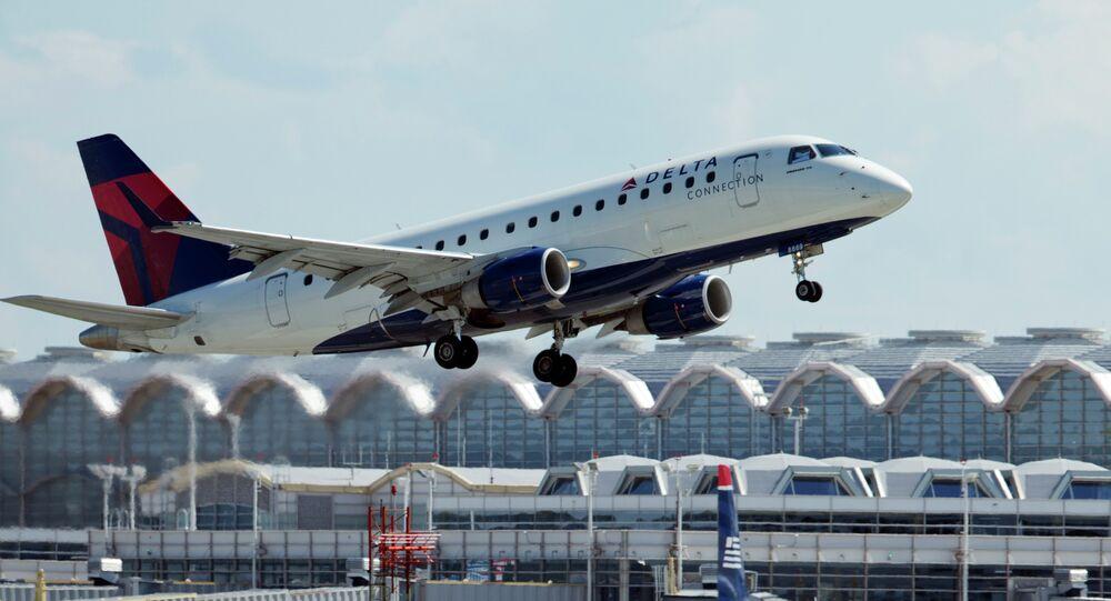 Uma aeronave Delta Airlines decola do Ronald Reagan Washington National Airport em Arlington, Virginia.