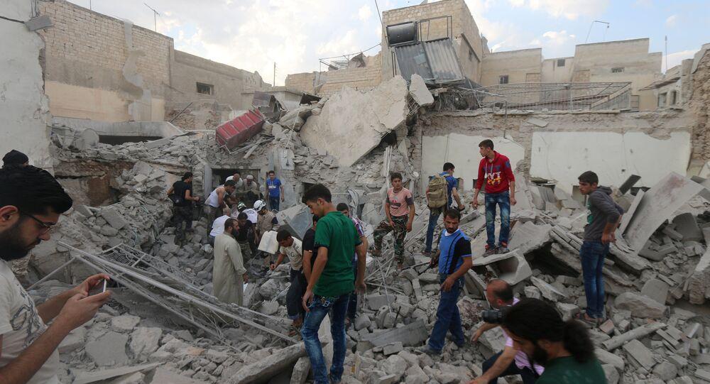 Homens procuram por sobreviventes sob os escombros de um edifício destruído após um ataque de rebeldes em Aleppo (arquivo)