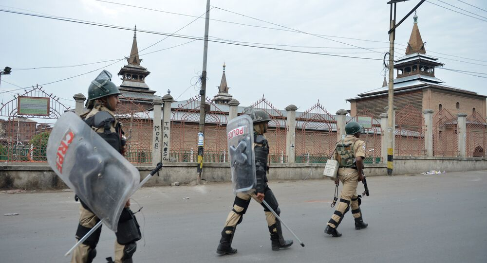 Soldados das tropas paramilitares indianas patrulham perto da mesquita Jamia Masjid, Srinagar, Jammu e Caxemira, Índia, 12 de julho de 2016